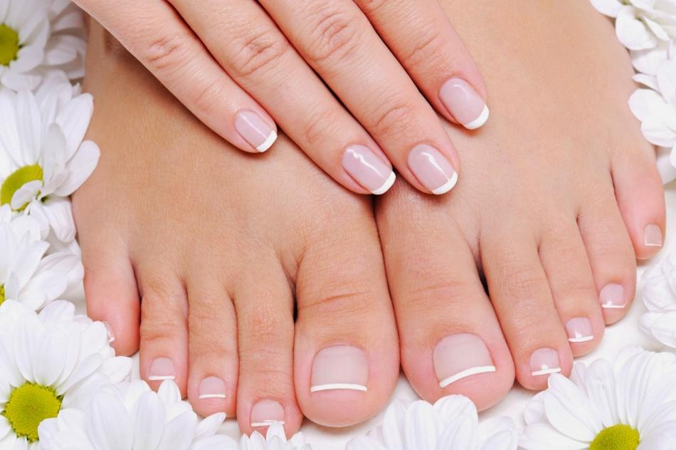 파라핀 목욕탕으로 다리의 손톱을 덜어줍니다.