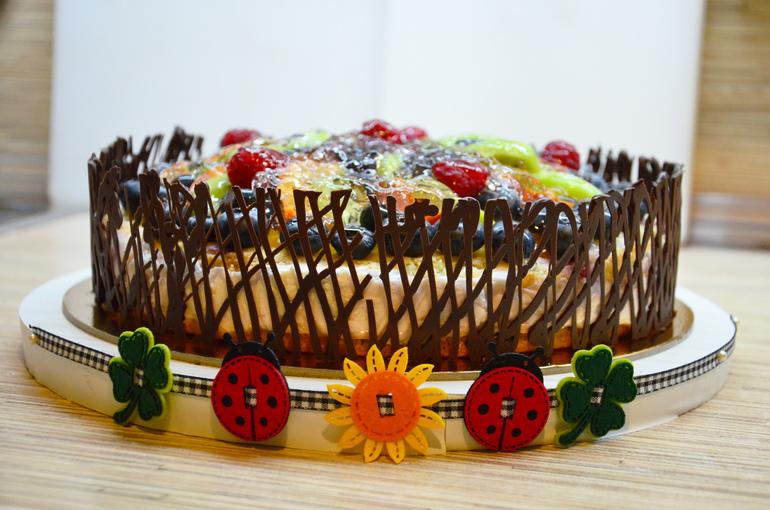 A torta díszítése hálóval