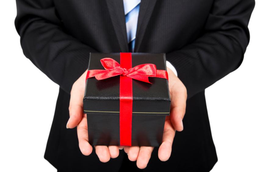upravo izlazi s darovima