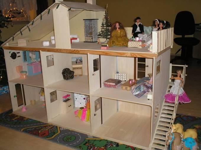 Dům pro Barbie z překližky vyrobené s vlastními rukama.