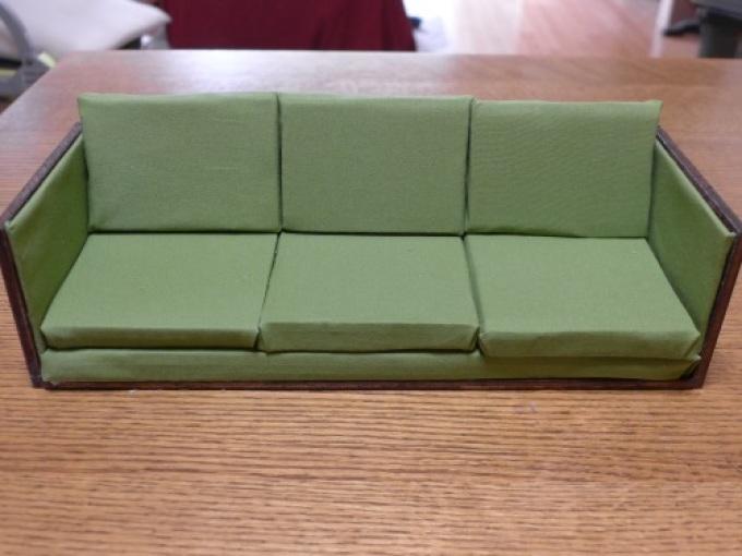 Диван с подушками из картона