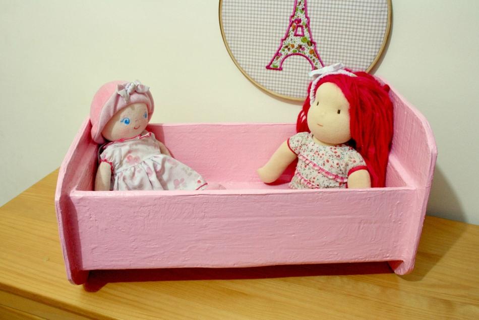 Готовая кроватка для кукол из картона