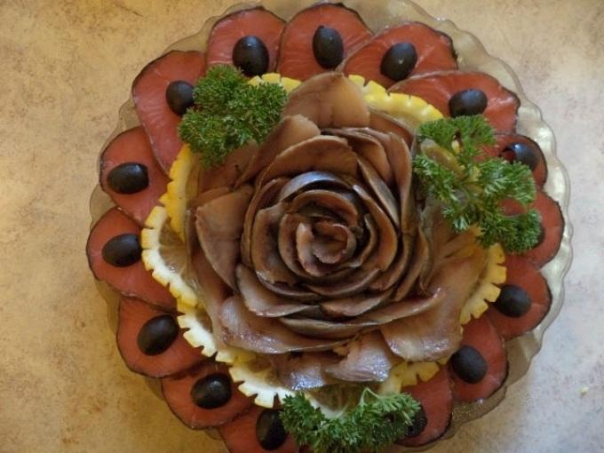 Оригинальное оформление рыбного блюда в виде розы