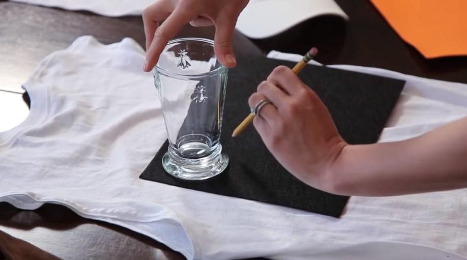 Вырезаем фетровые пуговицы для костюма снеговика