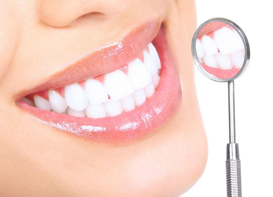 Physiognomisten betrachten perfekte weiße glatte Zähne