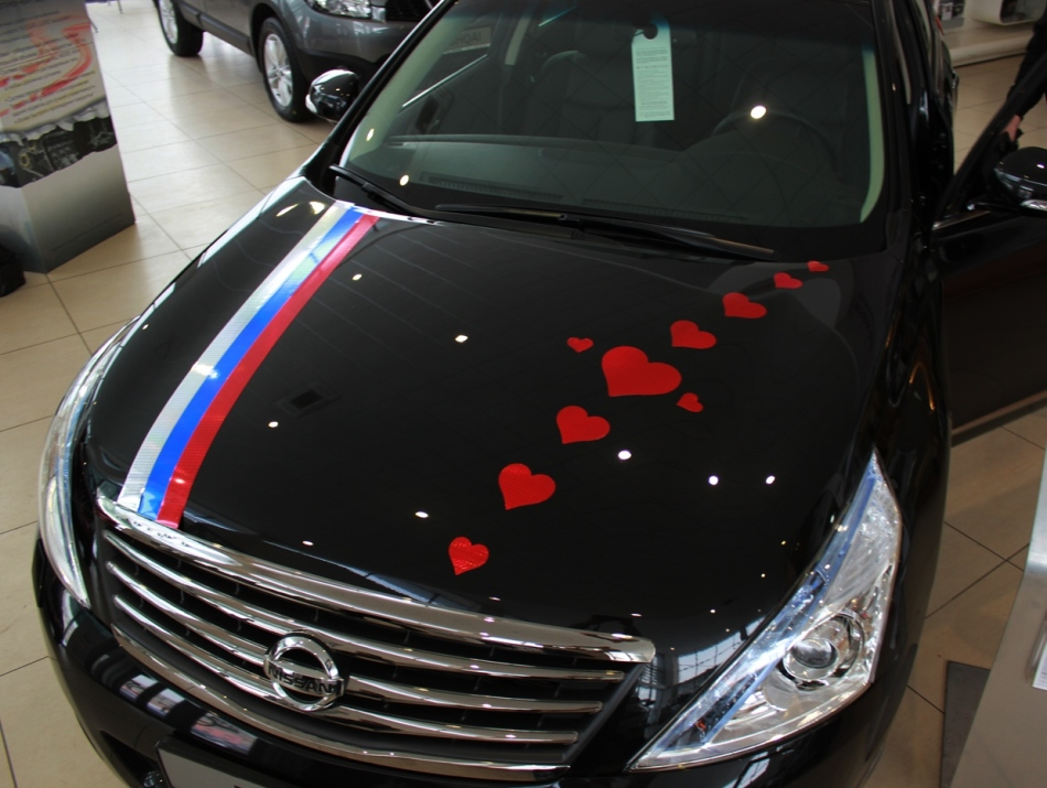 How to decorate the hood of the wedding machine?