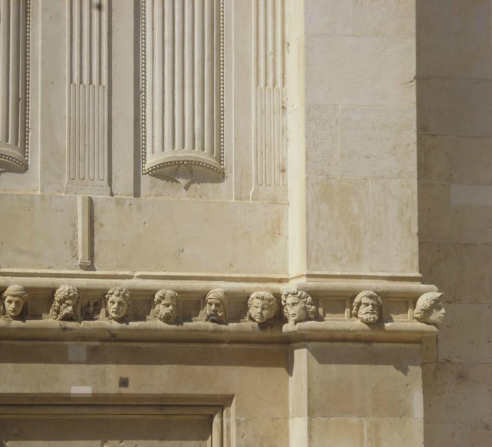 Wyrzeźbione głowy na katedrze św Jakuba w Szybeniku w Chorwacji