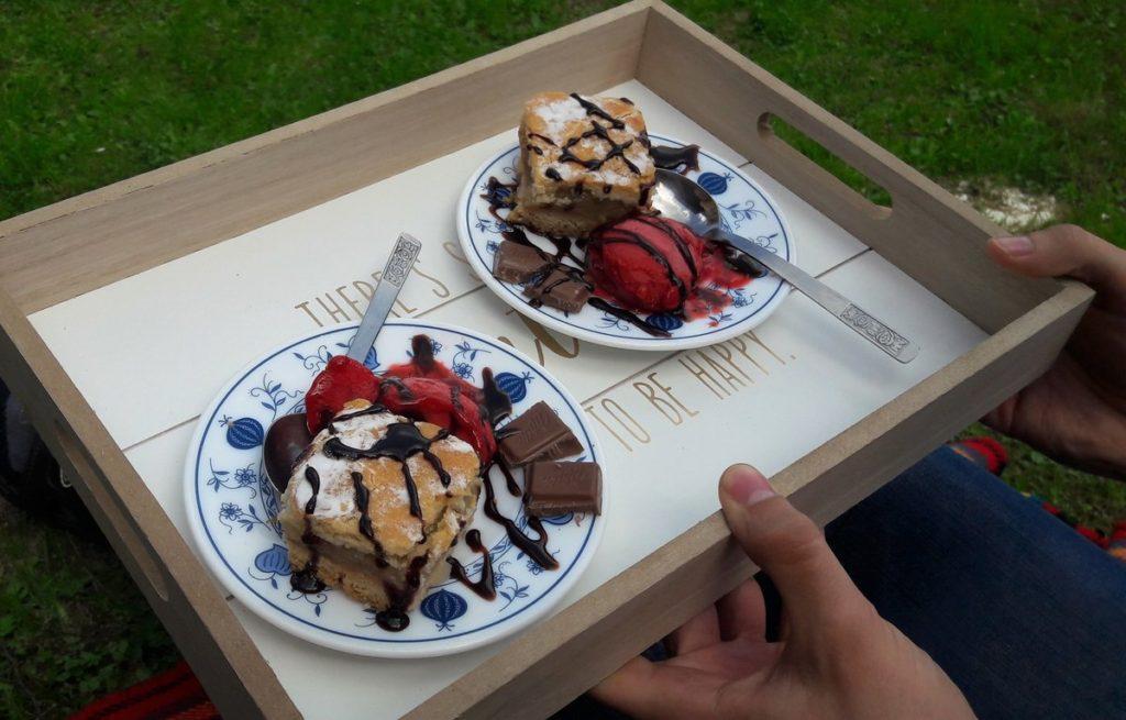 szarlotka z lodami i polewą czekoladową - tu i teraz