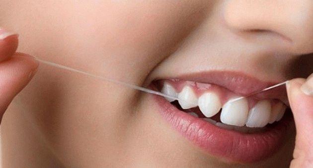 Почему так важно использовать зубную нить