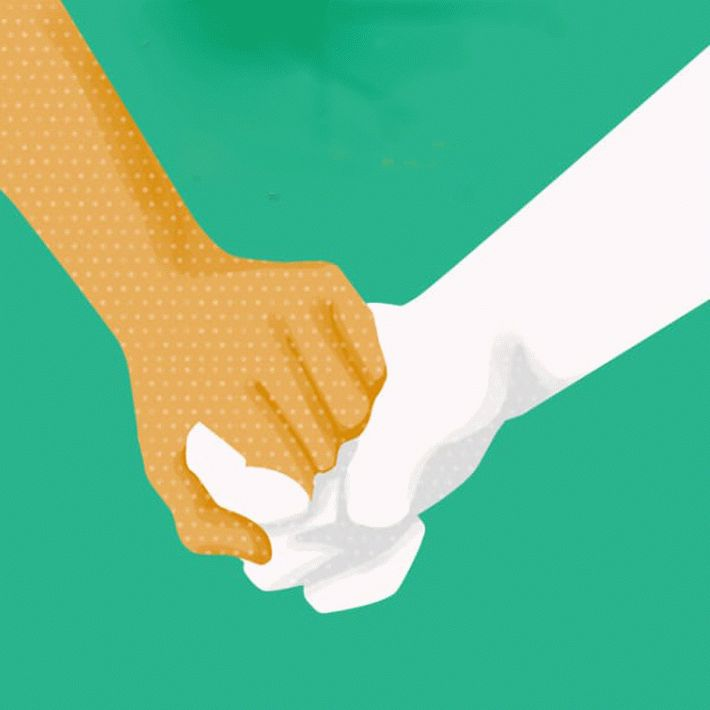 Засовывает руку полностью