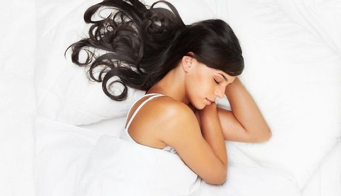 sieviete-skaista-mati-gulta-sega-miegs-43577351_result