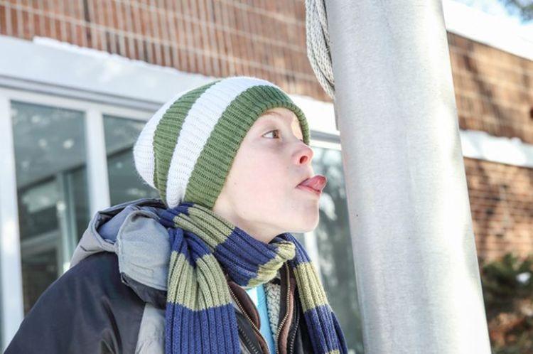 Если ваш ребёнок лизнул на морозе железо и прилип, ни в коем случае не лейте ему на язык кипяток