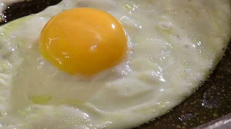 Любителям легкой глазуньи на заметку: как поджарить яйцо, сохранив сферичную форму желтка
