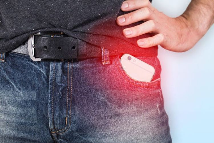 Разрядится не только телефон: почему мужчинам не стоит носить мобильник в кармане брюк
