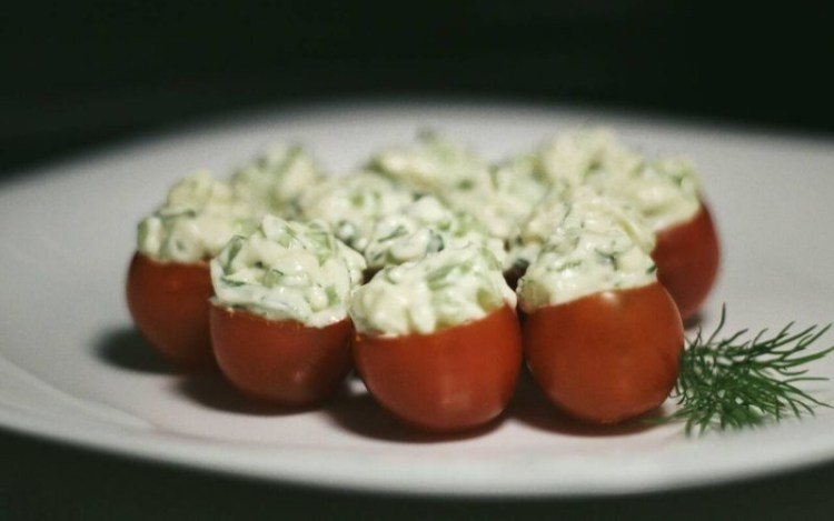Если бы такими были сны: помидорчики черри, фаршированные огуречно-сырной начинкой