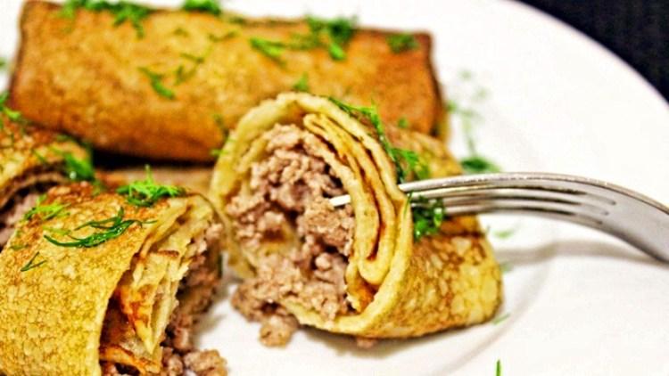 Без дрожжей и муки на благо фигуры: готовим тонкие и сытные мясные блины на манной крупе