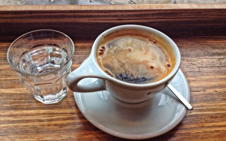 Кофе и вода: почему первое важно запивать вторым