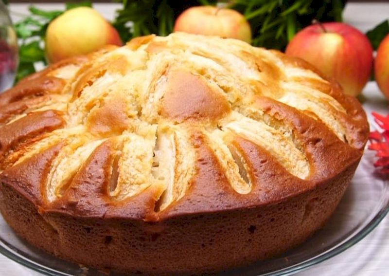 Пирог на кефире с яблоками: быстрый и недорогой десерт для любимых домочадцев