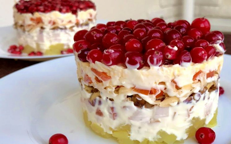 Салат с копченой куриной грудкой и грецкими орехами: яркая закуска к праздникам