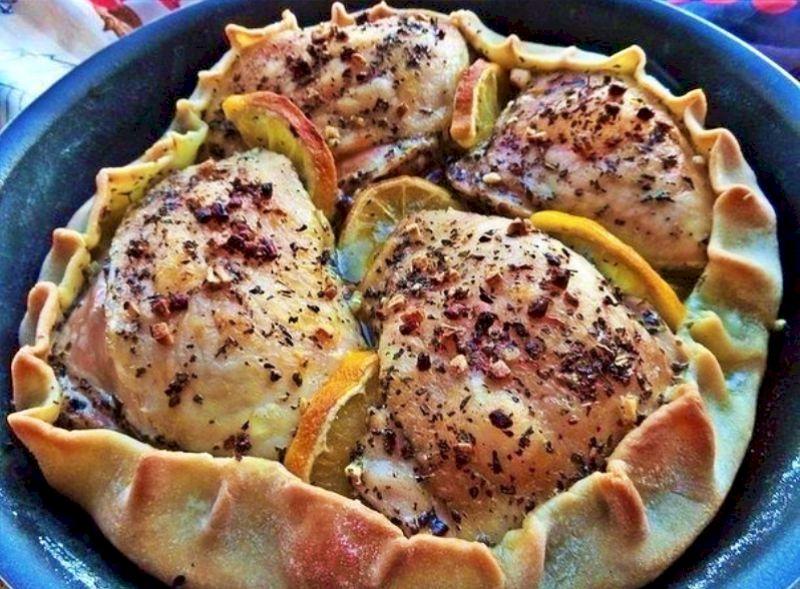 Запеченная курица со съедобной тарелкой: оригинальная закуска для праздничного застолья