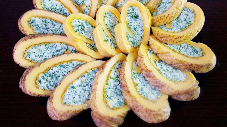 Чудо-рулет из яиц и сыра: необычная закуска для ваших гостей