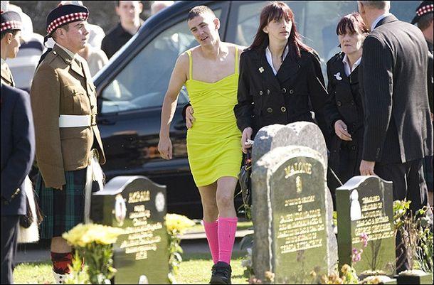 Він прийшов на похорон найкращого друга в сукні, але ніхто не сміявся. І ось чому ...