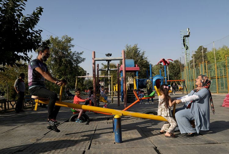 Маленькие дети не дышат, но иранских матерей это только тешит, они даже счастливы