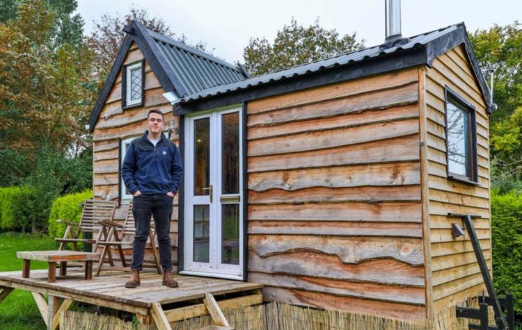 17-летний парень построил крошечный домик за смешные деньги, куда любой захотел бы переехать