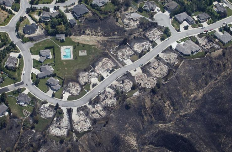 Ravines acted like a wick, carrying fire to a neighborhood in the 2015 Sleepy Hollow Fire in Wenatchee, Washington. Photo: Wenatchee World/Don Seabrook.