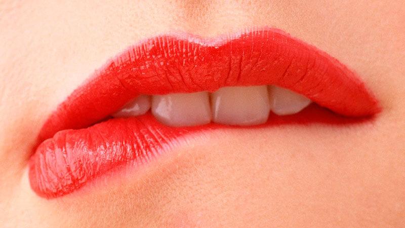 от чего появляются заеды в уголках губ