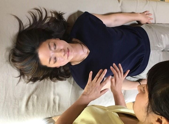 リコネクティブ・ヒーリング施術中の江藤美智子の写真