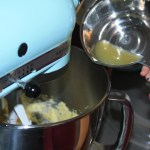 Zuckerfreie Kekse: Unglaublich, aber es schmeckt! Beim backen: Töchterchen gießt Zitronensaft zum Teig der Zitronen-Mohn-Kekse