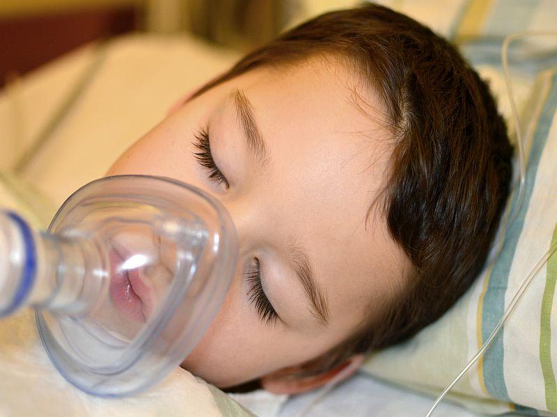 kleiner Junge liegt unter Vollnarkose im Krankenhaus