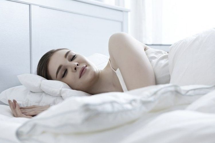 How long to wait after eating to sleep
