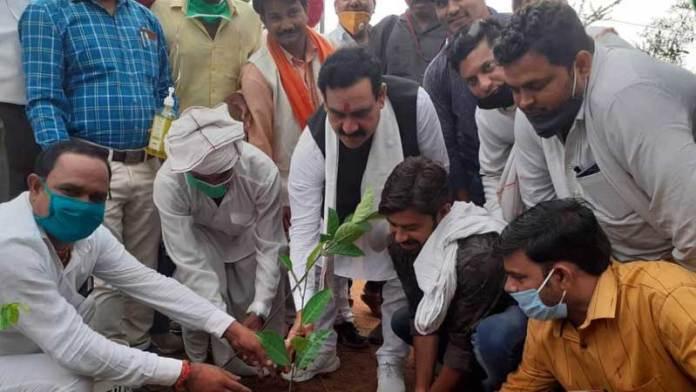 ग्रामीणों को राहत सामग्री के साथ पौधे भी वितरित किये