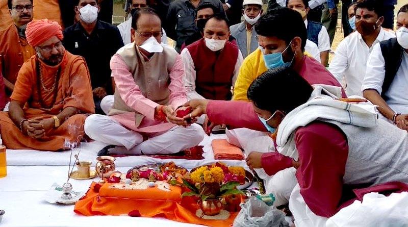 मुख्यमंत्री श्री शिवराज सिंह चौहान ने प्रदेश एवं विश्व कल्याण के लिये किया गौ-पूजन