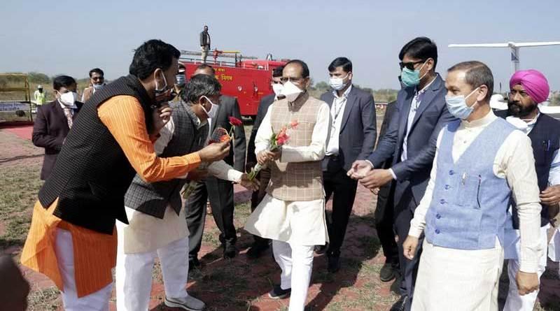 मुख्यमंत्री श्री शिवराज सिंह चौहान का उज्जैन हवाई पट्टी पर आत्मीय स्वागत