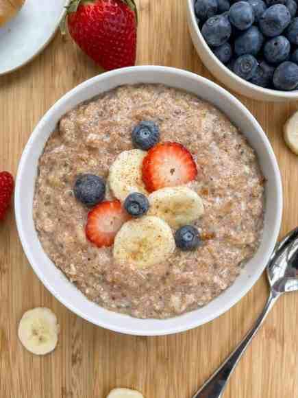 High protein cinnamon banana chia oatmeal! Great healthy breakfast by Healthful Blondie.