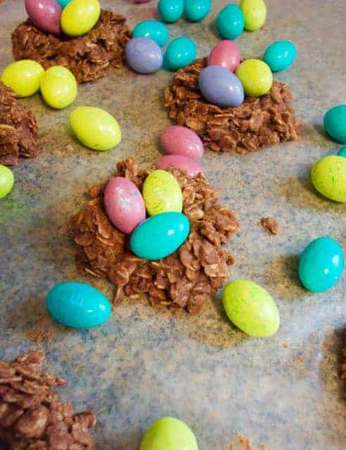 Are you looking for an easy and adorable Easter treat? These no bake chocolate peanut butter bird nest cookies are perfect! Use them for your Easter gathering, or just whip some up for yourself.