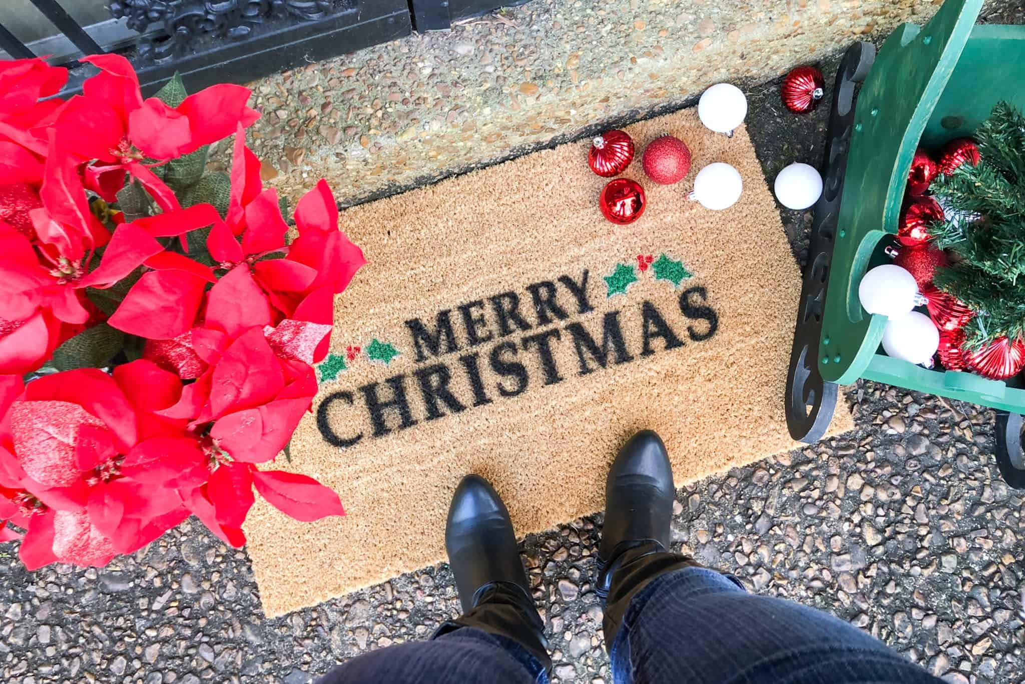 What better way to welcome guests into your home this Christmas than with a festive doormat? Check out this tutorial for how to make your own super simple DIY Christmas doormat.