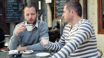 2 friends drinking coffee