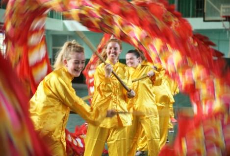 6月29日,西苏格兰大学的同学们在南华大学体育馆学习舞龙。 (1)