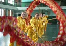 6月29日,西苏格兰大学的同学们在南华大学体育馆学习舞龙。 (2)