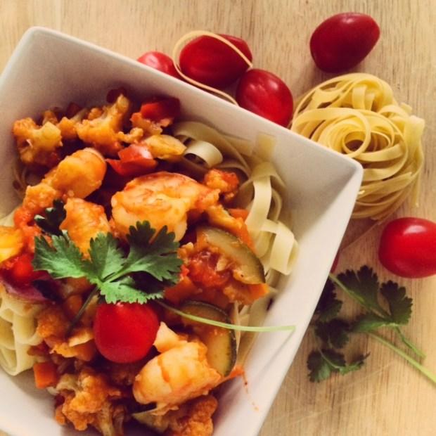 Gekruide groenten met fettuccine en scampi