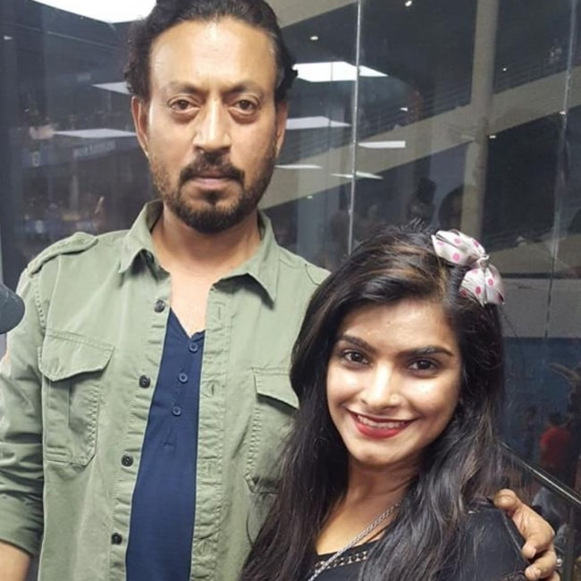 Tanya Wadhwa posing for a picture alongside late actor Irrfan Khan