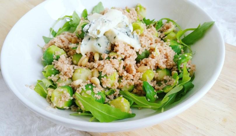 spelt couscous salade met spruitjes, pijnboompitten en gorgonzola