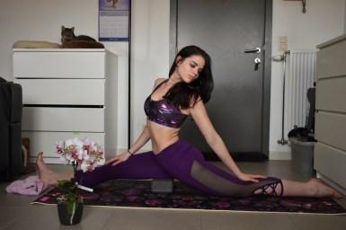 Yoga pose bij haar thuis