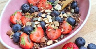 Chocolade quinoa ontbijtje met zomerfruit en amandelen 1