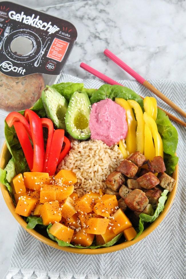 buddha bowl met pompoen en plantaardige gehaktschijf