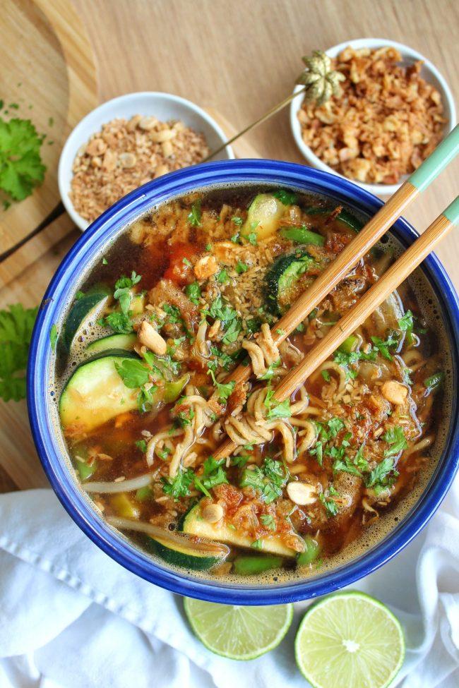 snelle Pad Thai noodlesoup met veel veggies